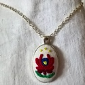 Hímzett nyaklánc matyó motívummal, Ékszer, Nyaklánc, Ennek a bájos nyakéknek a medálja hímzett matyó virággal díszített pamutszövet ezüst szín..., Meska