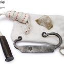 Kovácsolt acél tűzcsiholó készlet kovakővel, gyújtóssal és vászonzacskóval, [Eg_02a], [Eg_02a] === Kovácsolt acél tűzcsiholó készle...