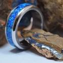 Nemesacél gyűrű kék opál berakással, Ékszer, Esküvő, Gyűrű, Esküvői ékszer, Ötvös, Különleges nemesacél gyűrű, melynek közepén végigfutó opál hivalkodó külsőt kölcsönöz. Minden gyűrű..., Meska