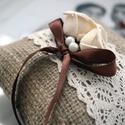 Vintage gyűrűpárna_4, Esküvő, Gyűrűpárna, Zsákvászon gyűrűpárnát krém papír rózsákkal ,szatén illetve organza szalaggal díszített..., Meska