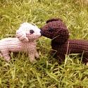 Két kutyus, Játék, Játékfigura, 2 db horgolt kutya, barna és drapp színben (vagy amilyenben szeretnéd). Teste és a lábai szivac..., Meska