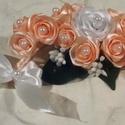 Barack színű asztaldísz, Dekoráció, Esküvő, Dísz, Esküvői dekoráció, Virágkötés, Gyönyörű, kézzel készített fehér és barack színű rózsákkal díszített dekoráció. Mérete 17cmx13cm. 1..., Meska