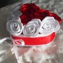 Rózsákkal töltött szív, Dekoráció, Dísz, Virágkötés,  Kézzel készített piros és fehér színű rózsákkal megtöltött szív alakú kartondoboz. A doboz ,szatén..., Meska