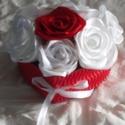 Szív alakú doboz rózsákkal töltve, Dekoráció, Dísz, Virágkötés,  Kézzel készített piros és fehér színű rózsákkal megtöltött szív alakú kartondoboz. A doboz mérete ..., Meska
