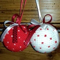 Pöttyös duó-Horgolt karácsonyfadísz, Dekoráció, Karácsonyi, adventi apróságok, Ünnepi dekoráció, Karácsonyfadísz, 7 centis hungarocell gömböt behorgoltam ,majd kipöttyöztem és szalagoztam.A szalagok 3 db gombostűve..., Meska