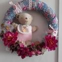 Virágos anyagú MACIS, ajtódísz, fali dísz, Baba-mama-gyerek, Dekoráció, Otthon, lakberendezés, Ajtódísz, kopogtató, Virágkötés, Mindenmás, Egyedi ajtó és fali díszt készítettem, mely dekorálhat gyerekszobát, de babalátogatóba is tökéletes..., Meska