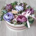 VIRÁGBOX tarka-lila ASZTALDÍSZ, DÍSZ  , Dekoráció, Otthon, lakberendezés, Koszorú, Asztaldísz, Virágkötés, Mindenmás, Mű boglárka virágból, termésekből és sok-sok mű zölddel készült virágbox, doboz asztaldísz. Méret: ..., Meska