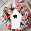 Tavaszi házikós-virágos AJTÓDÍSZ, KOPOGTATÓ, Dekoráció, Otthon, lakberendezés, Ajtódísz, kopogtató, Anyák napja, Tavaszi ajtódísz apró színes virágokkal, golyókkal,  és sok terméssel körberagasztva. A kopogtató kö..., Meska
