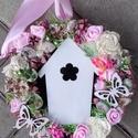 DIDOKA89 Házikós tavaszi-virágos kopogtató, ajtódísz, Tavaszi ajtódísz házikóval, pillangóval és s...
