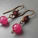 Ciklámen fülbevaló, réz, ásvány, szín, gyöngy, ajándék, divat, karácsony, meska, Ékszer, Fülbevaló, Rézdrótból tekergetett fülbevaló rózsaszín jáde gyönggyel. A gyöngyök 3 és 8mm-esek, áttetsző rózsas..., Meska