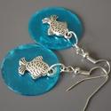 Kék kagylós halacskás fülbevaló, nyár, vidám, ajándék, nőnek, lánynak, Ékszer, Fülbevaló, Ez a kedves ékszer 2,5cm-es csodaszép, pillekönnyű  élénk kék kagylókorong és hal fityegő felhasznál..., Meska