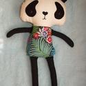 Panda figura dzsungelmintás ruhában, Dekoráció, Játék, Plüssállat, rongyjáték, Ez a textilből készített dekoratív panda figura igazán felhívja magára a figyelmet! Testéhez amerika..., Meska