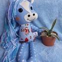 Frizurázható póni, lovacska, ló textil figura, Baba-mama-gyerek, Játék, Plüssállat, rongyjáték, Pónimániásoknak ideális kis társ lehet ez a kedves lovacska figura. Pamutvászonból és gyapjúfilcből ..., Meska
