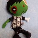 Zombi fiú textilbaba, Dekoráció, Játék, Ünnepi dekoráció, Baba, babaház, Ez a kedves kis zombifiú egyáltalán nem veszélyes, kissé ijesztő külseje miatt viszont a Halloween p..., Meska