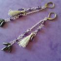 Lila-ezüst rojtos fülbevaló, Ékszer, Fülbevaló, Ékszerkészítés, Gyöngyfűzés, A rojtot metál fényű ezüst hímzőcérnából készítettem, majd színjátszó lila és fémszínű szürke üvegg..., Meska