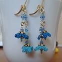 Horgolt, virágos fülbevaló - kék, Ékszer, Fülbevaló, Ezt a kis barokkos hangulatú fülbevalót kétféle kék árnyalatú fonalból horgoltam, majd üveggyöngyökk..., Meska