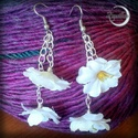 Kis virágos fülbevaló, Ékszer, Fülbevaló, Kis fehér selyemvirágokból készült fülbevaló. Igazán feltűnő darab, mégis könnyed, légi..., Meska