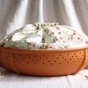 Kenyértartó  apró virágos zsákkal, Az edény terrakotta részét korongoztam, majd ov...