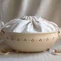 Fehér áttört kenyértartó, madeirás kenyeres zsákkal , Az edényt fehér agyagból korongozással készí...