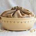 Fehér áttört kenyértartó, pettyes kenyeres zsákkal , Az edényt fehér agyagból korongozással készí...