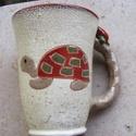 Teknőcös görbe bögre, Konyhafelszerelés, Bögre, csésze, Festett tárgyak, Kerámia, Kis teknős elcsavargott. Anyukája már keresi! Amíg megtalálja, igyál egy jó forró teát ebből a rusz..., Meska