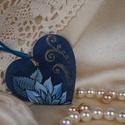 Kék virág, Ékszer, Medál, Nyaklánc, Fából készült egyedi tervezésű kézi festésű ékszer. Akril festékkel dolgoztam ki és fest..., Meska