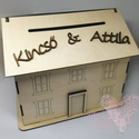 Esküvői házikó persely, Mérete: 27,5 x 21,5 x 23 cm Felirat: Kitti & Roli