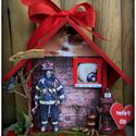A Világ Legjobb Tűzoltója - Piros Házikó, Dekoráció, Otthon, lakberendezés, Férfiaknak, Képzőművészet, Ajtódísz, kopogtató, A Világ Legjobb Tűzoltója - Piros Házikó Ezt az ajándékot egyedi kérésre készítettem, de megrendelhe..., Meska