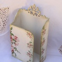 Romantikus rózsás, bézs színű papírzsebkendő tartó , Dekoráció, Esküvő, Ünnepi dekoráció, Nászajándék, Romantikus rózsás, bézs színű papírzsebkendő tartó   Fa alapra akril krémfestékkel és ragasztólakkal..., Meska