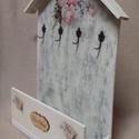 Kulcs-,levéltartó szekrény, Bútor, Otthon, lakberendezés, Szekrény, Tárolóeszköz, Decoupage, szalvétatechnika, Famegmunkálás, Antikolt fali kulcs-, levéltartó szekrényke, virág mintával, ami fából készült. 4 db réz kulcstartó..., Meska