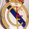 Real Madridos falióra, Ékszer, Otthon, lakberendezés, Falióra, óra, Fa, egyedi formájú alapanyagra, kézzel festett Real Madris logo-s falióra focirajongóknak, néma óras..., Meska