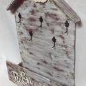Kulcs-,levéltartó szekrény, Bútor, Otthon, lakberendezés, Szekrény, Tárolóeszköz, Decoupage, transzfer és szalvétatechnika, Famegmunkálás, Antikolt fali kulcs-, levéltartó szekrényke, virág mintával, ami fából készült. 4 db réz kulcstartó..., Meska