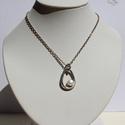 Körte alakú ezüst medál gyönggyel, Ékszer, Medál, Ezt a 2,8 grammos 925 ezüst medált egy szép fehér tenyésztett gyönggyel ékesítettem.  A medál magass..., Meska