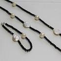 Fekete-fehér ékszerszett, Ékszer, Ékszerszett, Karkötő, Nyaklánc, Tenyésztett gyöngy és fekete gyöngyök váltogatják egymást ebben az egysoros lánc és karkö..., Meska