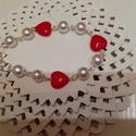 Valentin napi szivecskés karkötő, Ékszer, Karkötő, Műanyag fehér gyöngyök és műanyag piros szív gyöngyök dróttal kapcsolva. A karkötő ezüs..., Meska