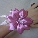 Mályva virágos koszorúslány csuklódísz (3 db), Esküvő, Ékszer, óra, Esküvői ékszer, Mindenmás, A mályva színű virágot szaténból készítettem, minden egyes szirmát külön-külön formáztam. Alatta kr..., Meska