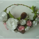 Rózsás fejdísz, virágkoszorú, Esküvő, Ruha, divat, cipő, Hajdísz, ruhadísz, Hajbavaló, Mindenmás,   Igazi virágtündér hangulatot áraszt ez a szaténból készült fejdísz. A rajta található virágok min..., Meska