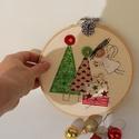 Karácsonyi dekoráció hímzőkeretben- angyalkás, Dekoráció, Ünnepi dekoráció, Karácsonyi, adventi apróságok, Karácsonyi dekoráció, 17 cm átmérőjű fa hímzőkeretbe rátétmintával készített felakasztható karácsonyi dekoráció...., Meska