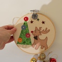 Karácsonyi dekoráció hímzőkeretben- Rudolfos, 17 cm átmérőjű fa hímzőkeretbe rátétmintá...
