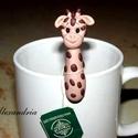 Zsiráf- teafilter tartó, Ékszer, óra, Dekoráció, Konyhafelszerelés, Bögre, csésze, Ékszerkészítés, Gyurma, Egy kedves mosolygós kiegészítő teázáshoz. A zsiráf segít abban, hogy ne essen a bögrédbe a teafilt..., Meska