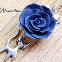 Cicás-rózsás nyaklánc, Ékszer, Ruha, divat, cipő, Medál, Nyaklánc, Ezüst színű masnis köztesre egy szürke színű, gyurmából készített rózsát fűztem, amire egy 2 cm-es e..., Meska