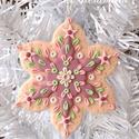 Hópehely karácsonyfadísz, Karácsonyi, adventi apróságok, Dekoráció, Karácsonyfadísz, Karácsonyi dekoráció, Kézműves díszt készítettem, tartós süthető gyurmából. Sok figyelmet fordítottam a részletekre és a g..., Meska