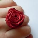 Rózsás gyűrű, Ékszer, Gyűrű, Szatén anyagból készült vörös vagy fekete rózsás gyűrű. A rózsa állítható gyűrű alap..., Meska