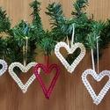 Szív karácsonyfadísz, Karácsonyi, adventi apróságok, Karácsonyi dekoráció, Karácsonyfadísz, Ajándékkísérő, képeslap, Mindenmás, Általam hajlított szív formájú fém, melyre csipkeszalagot fűztem fel. Mérete kb 8-9 cm. Egy csomagb..., Meska