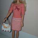 Barbie babaruha, Játék, Baba játék, Baba, babaház, Kézzel kötött, naracssárga-fehér Barbie babaruha, hozzáillő sapkával és táskával., Meska