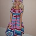 Barbie babaruha, Játék, Baba, babaház, Baba játék, Játékfigura, Horgolás, Horgolt Barbie babaruha hozzáillő sapkával és kézitáskával. A ruha 30 cm-es Barbie babára illik. A ..., Meska