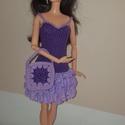 Barbie babaruha, Játék, Baba, babaház, Kézzel horgolt lila Barbie babaruha, csipke szoknyarésszel, hozzáillő kalappal és kézitáskáv..., Meska
