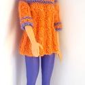 Barbie babaruha, Játék, Baba, babaház, Kötött narancssárga-lila tunika, hozzáillő sapkával. A tunika hátul 3 db színes gombbal záródik.  A ..., Meska