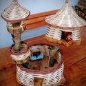 Kosárfonott mókusház, Játék, Baba, babaház, Fonás (csuhé, gyékény, stb.), - alapja fa korong, átmérője: 25 cm - többszintes, a tetején lévő tetők levehetők.  - mókusokkal (2..., Meska