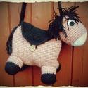 Horgolt lovas táska ovisoknak, Játék, Táska, Plüssállat, rongyjáték, Válltáska, oldaltáska, Horgolt lovas táska ovisoknak  - a nyereg nyirtható, ott lehet belepakolni a hasába  - pakolós rész ..., Meska